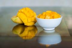 在桌上的一个碗切的芒果 库存图片