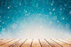 在桌上的一份热的咖啡在冬天背景 免版税库存图片