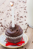 在桌上的一块生日杯形蛋糕 库存照片