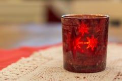 在桌上的一块红色茶光玻璃 免版税图库摄影