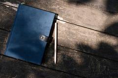 在桌上的一本书 免版税库存图片