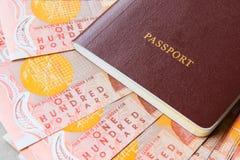 在桌上的一百张新西兰现金金钱钞票与红色c 库存照片