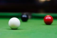 在桌上的三个不同颜色落袋撞球球 免版税库存图片