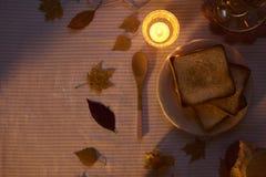 在桌上的三明治用茶和匙子 免版税库存图片