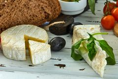 在桌上的不同的乳酪 新鲜的乳制品 库存图片