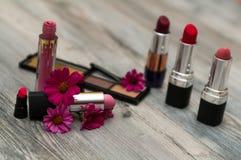 在桌上的不同的构成化妆用品 免版税库存照片