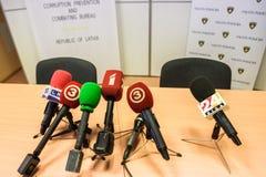 在桌上的不同的话筒在新闻招待会期间, 图库摄影