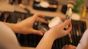 在桌上的专业化妆用品构成在演播室 多彩多姿的唇膏,阴影,在构成的一个依据 股票录像