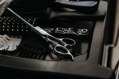 在桌上的专业美发师工具 免版税图库摄影