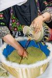 在桌上的两个水罐:一块匾和一陶瓷在东方样式和妇女` s handshears袋子与剪刀的无刺指甲花 免版税库存照片