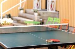 在桌上的两副球拍在度假区 免版税库存照片