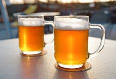 在桌上的两啤酒 免版税库存图片