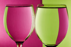 在桌上的两块玻璃 免版税库存照片