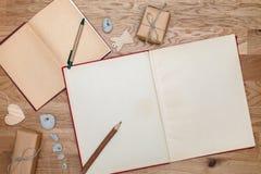 在桌上的两本开放书 顶视图 小包或礼物与麻线相关 葡萄酒样式 库存照片