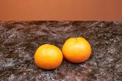 在桌上的两棵柑桔 库存照片