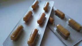 在桌上的两种水泡医药片剂 免版税库存图片