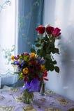 在桌上的两花束 库存照片