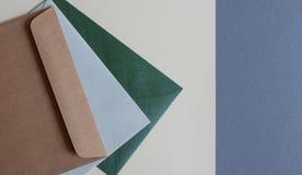 在桌上的五颜六色的信封 图库摄影