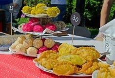 在桌上的五颜六色的曲奇饼 免版税库存图片