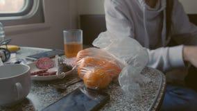 在桌上的产品在二等火车支架 股票视频