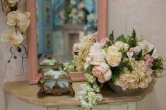 在桌上的人造花花束在卧室 库存照片