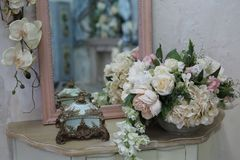 在桌上的人造花花束在卧室 库存图片