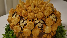 在桌上的传统婚礼面包 婚礼桌用甜传统婚礼大面包 股票录像