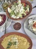 在桌上的传统希腊沙拉开胃菜 免版税库存图片