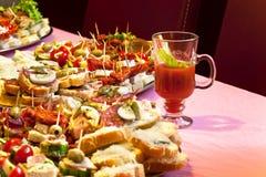 在桌上的供食的开胃菜 免版税库存照片