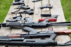 在桌上的便携式的枪 免版税图库摄影