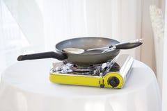 在桌上的便携式的煤气炉 免版税库存图片