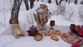 在桌上的俄国式茶炊 股票录像