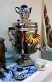 在桌上的俄国式茶炊 免版税库存图片