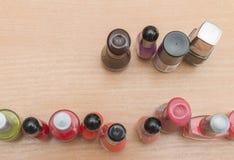 在桌上的修指甲瓶 免版税库存图片