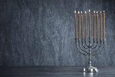 在桌上的光明节menorah 库存图片