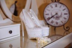 在桌上的典雅的新娘辅助部件 库存图片