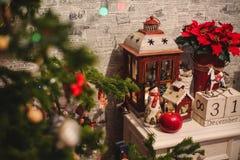 在桌上的内部圣诞节家装饰 12月31日 免版税图库摄影