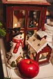 在桌上的内部圣诞节家装饰 12月31日 免版税库存照片