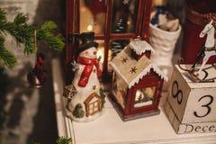 在桌上的内部圣诞节家装饰 12月31日 免版税库存图片