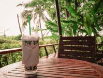 在桌上的冰冻咖啡在咖啡馆 免版税库存图片