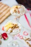 在桌上的冰淇凌点心与心脏、丝带和丁香 库存照片