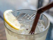 在桌上的冷的苏打柠檬水 库存照片