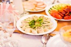 在桌上的分类欢乐开胃菜 免版税库存照片