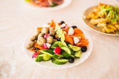在桌上的分类欢乐开胃菜 免版税库存图片