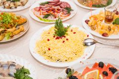 在桌上的分类欢乐开胃菜 库存图片