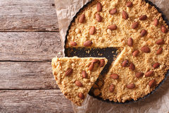 在桌上的切的意大利饼Sbrisolona 水平的顶视图 免版税库存图片