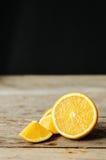 在桌上的切的桔子 免版税库存照片
