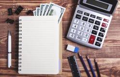 在桌上的办公用品 免版税库存照片