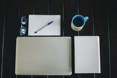 在桌上的办公设备 免版税库存图片