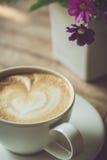 在桌上的加奶咖啡杯子在早晨时间 免版税图库摄影